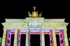 BERLIŃSKI NIEMCY PAŹDZIERNIK 1, 2017: Brandenburg brama iluminująca Zdjęcia Stock