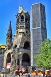 Berliński ruch drogowy i Kaiser Wilhelm Pamiątkowy kościół, Berliński Niemcy Fotografia Stock