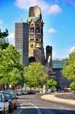 Berliński ruch drogowy i Kaiser Wilhelm Pamiątkowy kościół, Berliński Niemcy Obrazy Stock