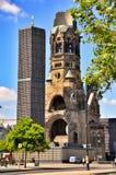 Berliński ruch drogowy i Kaiser Wilhelm Pamiątkowy kościół, Berliński Niemcy fotografia royalty free