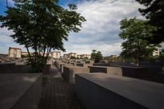 4 6 2017 BERLIŃSKICH NIEMCY: Żydowskiego holokausta Pamiątkowy muzeum i Berlin miasto linia horyzontu, Berlin, Niemcy obraz stock