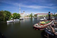 9 7 2017 BERLIŃSKICH NIEMCY Starych schronień z starymi statkami przy brzeg rzekim w Berlin, Niemcy W tle jest Berlin wierza zdjęcie stock