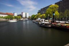 9 7 2017 BERLIŃSKICH NIEMCY Starych schronień z starymi statkami przy brzeg rzekim w Berlin, Niemcy W tle jest Berlin wierza zdjęcie royalty free