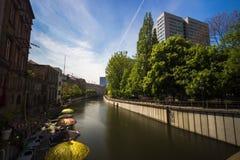9 7 2017 BERLIŃSKICH NIEMCY Starych schronień z starymi statkami przy brzeg rzekim w Berlin, Niemcy W tle jest Berlin wierza fotografia royalty free
