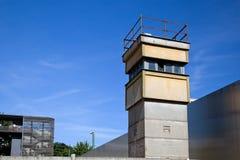 Berlińskiej ściany pomnik, wieża obserwacyjna w wewnętrznym terenie Zdjęcia Stock