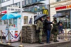 Berlińskiej ściany punkt skrzyżowania między Wschodnim Berlin i Zachodni - Berlin podczas Zimnej wojny znać jako Checkpoint Charl zdjęcie stock