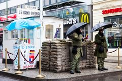 Berlińskiej ściany punkt skrzyżowania między Wschodnim Berlin i Zachodni - Berlin podczas Zimnej wojny znać jako Checkpoint Charl zdjęcia stock