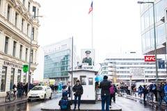Berlińskiej ściany punkt skrzyżowania między Wschodnim Berlin i Zachodni - Berlin podczas Zimnej wojny znać jako Checkpoint Charl zdjęcia royalty free