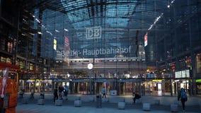 BERLIJN - AUGUSTUS 21: Echt - tijd die schot van een witte het aankomen trein binnen vestigen in Berlin Central Station, 21 Augus stock video