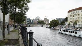 BERLIJN - AUGUSTUS 21: Echt - tijd die schot van het Duitse Parlement, 21 Augustus, 2017 in Berlijn vestigen stock video