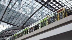 BERLIJN - AUGUSTUS 21: Echt - tijd handbediend schot van een trein die Berlin Central Station, 21 Augustus, 2017 in Berlijn verla stock footage
