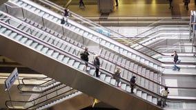 BERLIJN - AUGUSTUS 21: Echt - tijd handbediend schot van mensen binnen Berlin Central Station, 21 Augustus, 2017 in Berlijn stock videobeelden