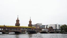BERLIJN - AUGUSTUS 21: Echt - tijd onderaan schot van Oberbaum-brug wordt gesloten die stock videobeelden