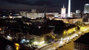 BERLIJN - AUGUSTUS 21: Echt - tijd panoramisch schot van TV-Toren, nacht stock footage