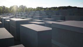 BERLIJN - AUGUSTUS 21: Echt - tijdpan van Holocaustgedenkteken dat wordt geschoten stock videobeelden