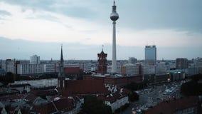 BERLIJN - AUGUSTUS 21: Handbediend schot van Berlijn van de wolkenkrabbers van Potsdamer Platz stock videobeelden