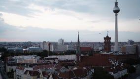 BERLIJN - AUGUSTUS 21: Panoramisch schot van Berlijn van de wolkenkrabbers van Potsdamer Platz stock footage
