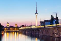 Berlijn bij nacht (Strausberger Platz), Duitsland Royalty-vrije Stock Afbeelding
