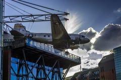 BERLIJN - C-47 van Douglas vliegtuigbommenwerper het hangen boven het Museum Stock Foto's