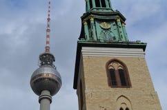 Berlijn: De toren van TV in Alexanderplatz met kerk Stock Fotografie