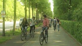 BERLIJN, DUITSLAND - APRIL 30, 2018 De mensen lopen en berijden fietsen langs de weg in beroemd Tiergarten-park Royalty-vrije Stock Foto's