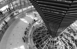 BERLIJN, DUITSLAND/CIRCA OKTOBER 2013 - Onbekende toeristen die binnen de Reichstag-koepel lopen Stock Foto's