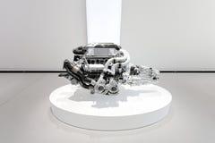 Berlijn, Duitsland, 2018 - de Motor van Bugatti Chiron - 16 Cilinder, 1500 PK, 8 die liter, W16 - in een toonzaal wordt geïsoleer royalty-vrije stock foto