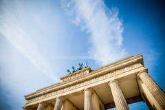Berlijn, Duitsland De Poort van Brandenburg - dramatische hemel royalty-vrije stock afbeeldingen