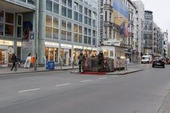 Berlijn, Duitsland - de vroegere grensovergang van Checkpoint Charlie tussen het Oosten en West-Berlijn stock afbeelding