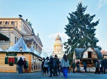Berlijn, Duitsland - December 8, 2017: Mensen op Kerstmismarkt op Gendarmenmarkt van de Winter Berlijn, Duitsland Advent Fair Dec stock afbeeldingen
