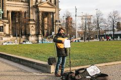Berlijn, Duitsland 15 Februari 2018: de straatmusicus of de gitarist Man zingen en spelen gitaar op straat in historisch centrum royalty-vrije stock foto