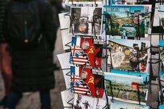 Berlijn, Duitsland 15 Februari 2018: Straatverkoop van prentbriefkaaren en herinneringen Stock Afbeeldingen