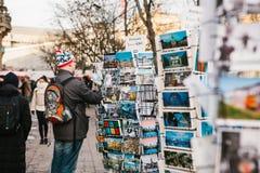 Berlijn, Duitsland 15 Februari 2018: Straatverkoop van prentbriefkaaren en herinneringen De koper kiest één kaart voor geheugen Royalty-vrije Stock Afbeelding