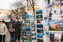 Berlijn, Duitsland 15 Februari 2018: Straatverkoop van prentbriefkaaren en herinneringen De koper kiest één kaart voor geheugen Royalty-vrije Stock Afbeeldingen