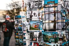 Berlijn, Duitsland 15 Februari 2018: Straatverkoop van prentbriefkaaren en herinneringen De koper kiest één kaart voor geheugen Stock Fotografie