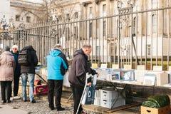 Berlijn, Duitsland 15 Februari 2018: toeristen of groep mensen of voetgangers of mensen op straatverkoop of boekverkoop Royalty-vrije Stock Foto's
