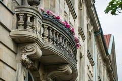 14 05 2019 Berlijn, Duitsland Het oude historische gebouw op stadsstraten met een mooi balkon en roze heldere bloemen stock foto's
