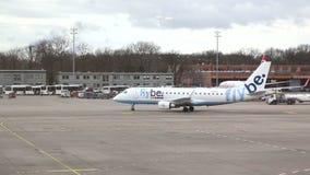 BERLIJN, DUITSLAND - 28 JANUARI 2015: Bewegend vliegtuig op tarmac bij de Tegel Luchthaven, Duitsland stock footage