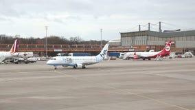 BERLIJN, DUITSLAND - 28 JANUARI 2015: Bewegend vliegtuig op tarmac bij de Tegel Luchthaven, Duitsland stock videobeelden