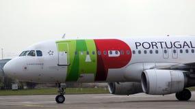 BERLIJN, DUITSLAND - 17 JANUARI, 2015: Luchtbus A320 van TAP Portugal op luchthaven Schoenefeld SXF stock foto's