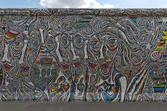 BERLIJN, DUITSLAND - JULI 2015: Berlin Wall-graffiti op 2 wordt gezien JULI dat royalty-vrije stock fotografie