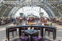 BERLIJN, DUITSLAND - JULI 24: De onbekende mensen eten en drinken in het restaurant van het beroemde warenhuis KaDaWe in Berl Stock Foto's