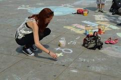 Berlijn, Duitsland - Juli 2015 - jonge vrouwelijke straatkunstenaar Royalty-vrije Stock Afbeeldingen