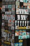 Berlijn, Duitsland - Juli 2015 - magneten voor verkoop op een straat blokkeert Stock Foto
