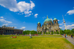 BERLIJN, DUITSLAND - JUNI 06, 2015: De het opleggen Kathedraal van Berlijn bij de bodem, groot groen gras met mensen op de zomer Stock Foto