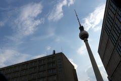 Berlijn, Duitsland, 13 Juni 2018 De televisietoren in Alexanderplatz met de achtergrond van een blauwe hemel royalty-vrije stock afbeelding