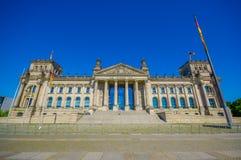 BERLIJN, DUITSLAND - JUNI 06, 2015: DEM Deutschen Volke, is de inschrijving buiten Reichstag-het buiding royalty-vrije stock afbeelding