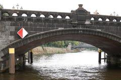 Berlijn, Duitsland, 13 Juni 2018 Oude steenbrug over de rivier royalty-vrije stock afbeeldingen