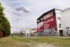 Toeristen bij de Muur van Berlijn HerdenkingsBernauer Strasse stock foto