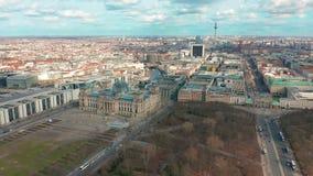 Berlijn, Duitsland - Maart 28, 2019 Het panorama van Berlin Brandenburg Gate en Reichstag- Lucht Mening stock footage